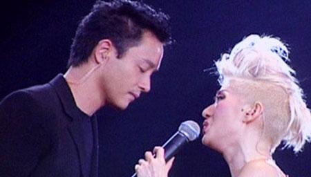张国荣出现在梅艳芳演唱会的那一刻歌迷疯狂了