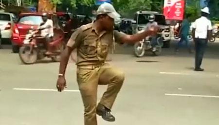 交警发明热舞式交通指挥法