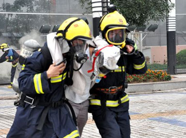 """""""硬核""""消防员救援中受伤"""