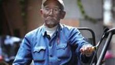 86岁老兵电动轮椅抛锚尿失禁 热心警察抱上车