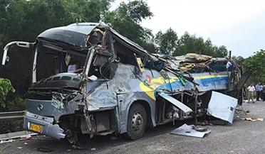 南宁客车高速翻车致10死32伤