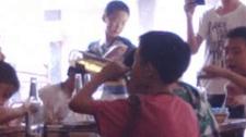 四小学生当街喝茅台结拜