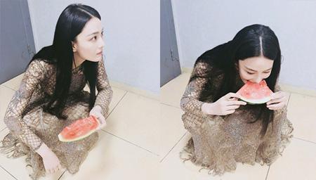 张馨予穿礼服裙蹲地吃瓜