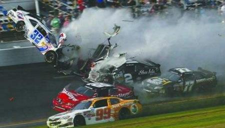 实拍!多角度呈现赛车比赛中汽车爆炸场面