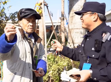 90岁迷路大爷递烟感谢民警