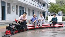 童心未泯!老人自制微型火车铁轨 带伙伴一起玩