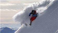男子4千米山脊滑雪速降 惊险视频超200万点击