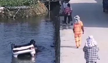 小车拐弯失控冲入池塘 村民勇敢下水