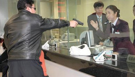 实拍劫匪持枪抢劫银行 柜姐冷静对峙吓退劫匪
