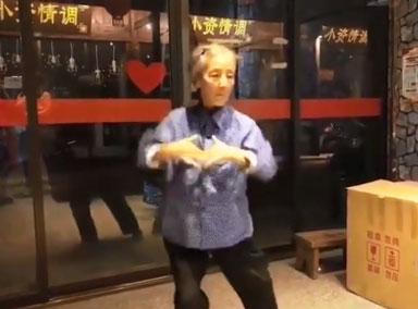 7旬奶奶街头跳舞,动作不输女团