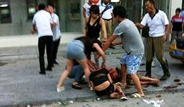 男子调戏人妻被酒瓶砸昏