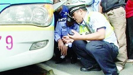 笑喷!男子躺公交车底碰瓷 民警用20元诱惑拖出