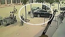 监拍 窃贼专盯银行取钱停放车辆 22秒得手