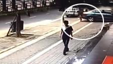 监拍两岁男童遭小车碾过后自行爬起 仅受轻伤