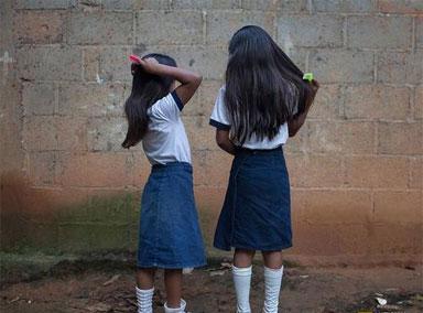 一女孩遭多名男生围殴,让人气愤