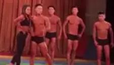 高校晚会上演肌肉内衣秀