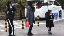 李小璐母女逛公园被偶遇