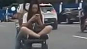 """""""悬浮术""""再现!女子盘腿坐电动车后座淡定玩手机"""
