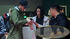 刘翔与女友情侣鞋现身 吴莎为男友办理登机手续