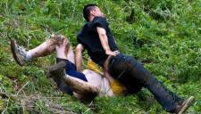 实拍英国疯狂滚奶酪大赛 选手人仰马翻多人受伤