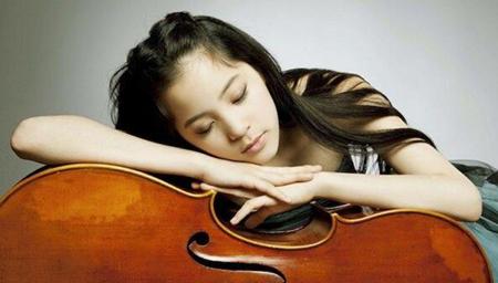 欧阳娜娜带大提琴赶飞机成新晋直男女神