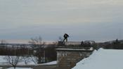 把滑雪玩出街头范,路边的栏杆都能成为你的训练工具