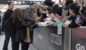 """边签名边微笑拍照!""""狼叔""""抵达日本机场,大批粉丝接机场面火爆"""