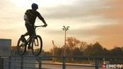 小伙骑单车走栏杆,有钱人比你会玩!网友:这是高手,我穷还笨!