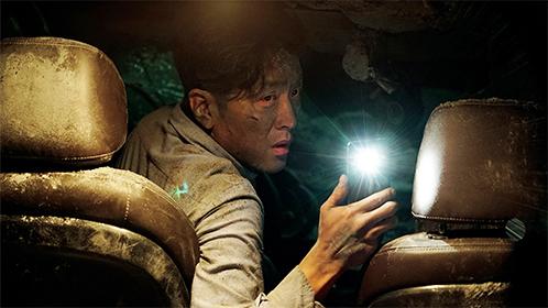 《隧道》被活埋35天,生命面前良知究竟在哪?