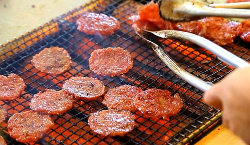 3分钟带你吃新加坡老字号肉干,传统手工碳烤味道超赞!
