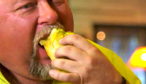 大号卷饼店火爆40年,油炸后填满烤肉,老外胖子多没毛病