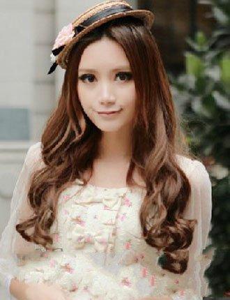 方脸的女生,头发是一款偏分式刘海的长发的卷发发型,金栗色的芭比烫图片