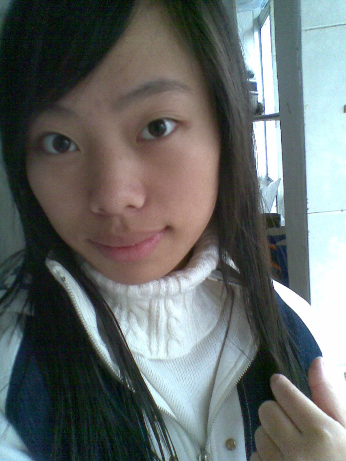 发型吗一定不能短于你的下巴不然显得脸更长,至于刘海你说了你额头较图片