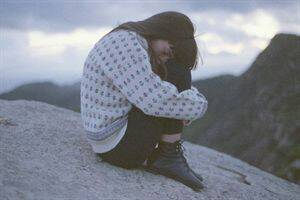 双手抱住膝盖头埋在腿间,整体看有一种伤心唯美的感觉的女生图片