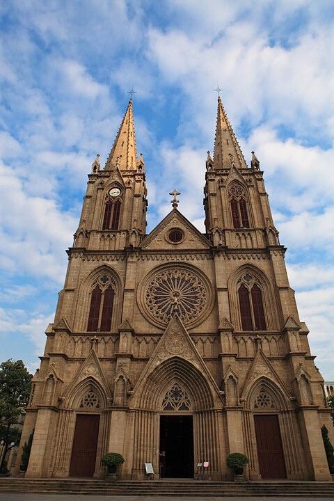 装有四具从法国运来的大铜钟;正立面的钟楼上耸立尖塔,是哥特式教堂图片