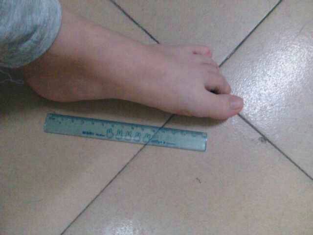 这女孩的脚多大?