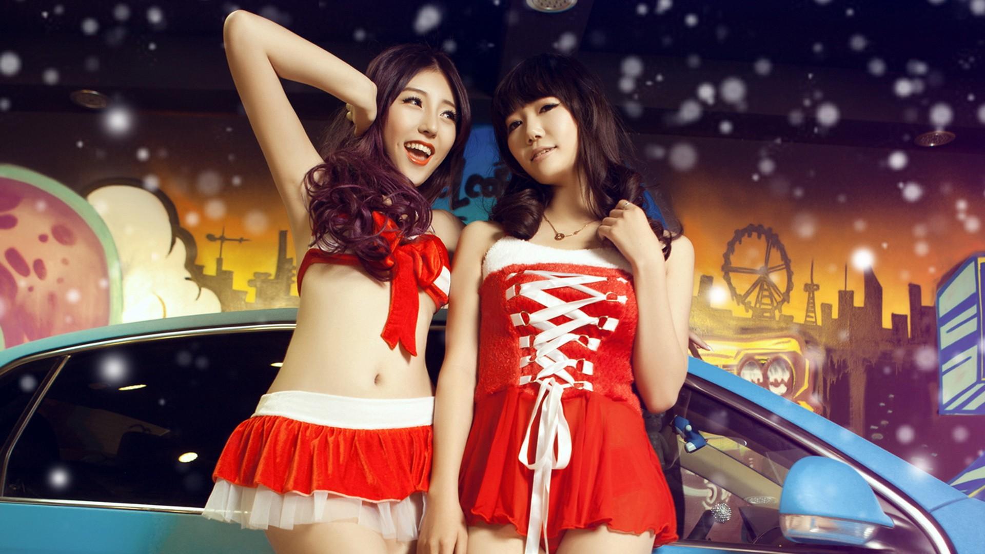 香车美女喜迎新年壁纸上的那两个女孩叫啥