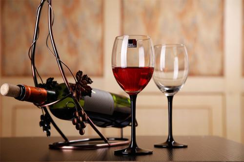 如何拿红酒杯恰当?图片