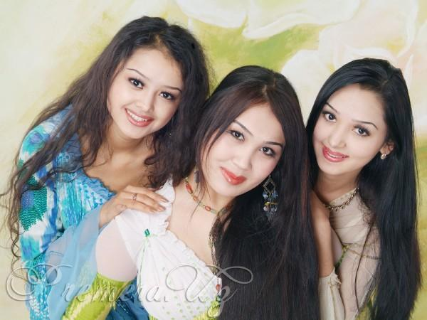 干了女儿和她的两个美丽女同学_美丽公主组合(shahrizoda)的成员由三位美丽的乌兹别克族女孩