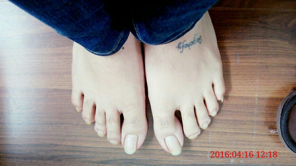 美女涂脚指甲油