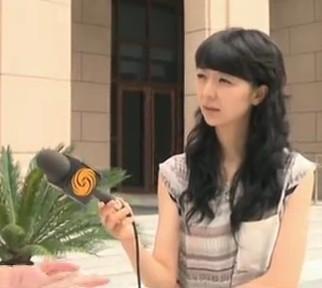 谁能告诉我凤凰卫视这名女记者的名字?急急急