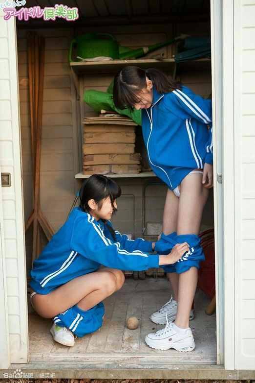 是两个小女孩穿着小学生校服