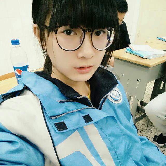 南京中学校服_这张图中的校服是南京哪个学校的校服?高中生,应该是