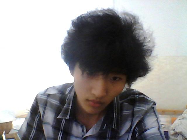 头发硬粗,而且带点自然卷,,男生适合什么发型