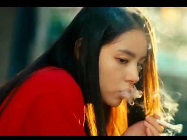 气的女孩抽烟的照片