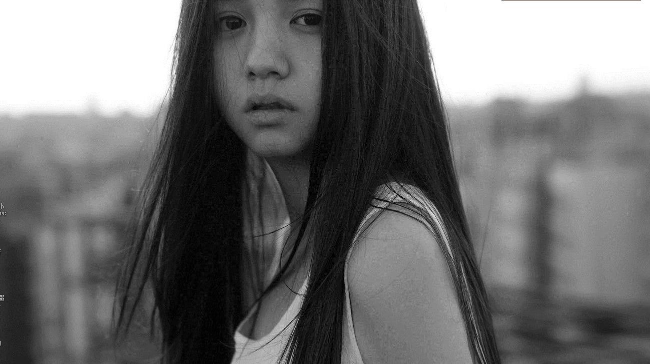 黑白壁纸女生唯美有谁知道这是谁?360壁纸里忧郁style直发 黑白 美女