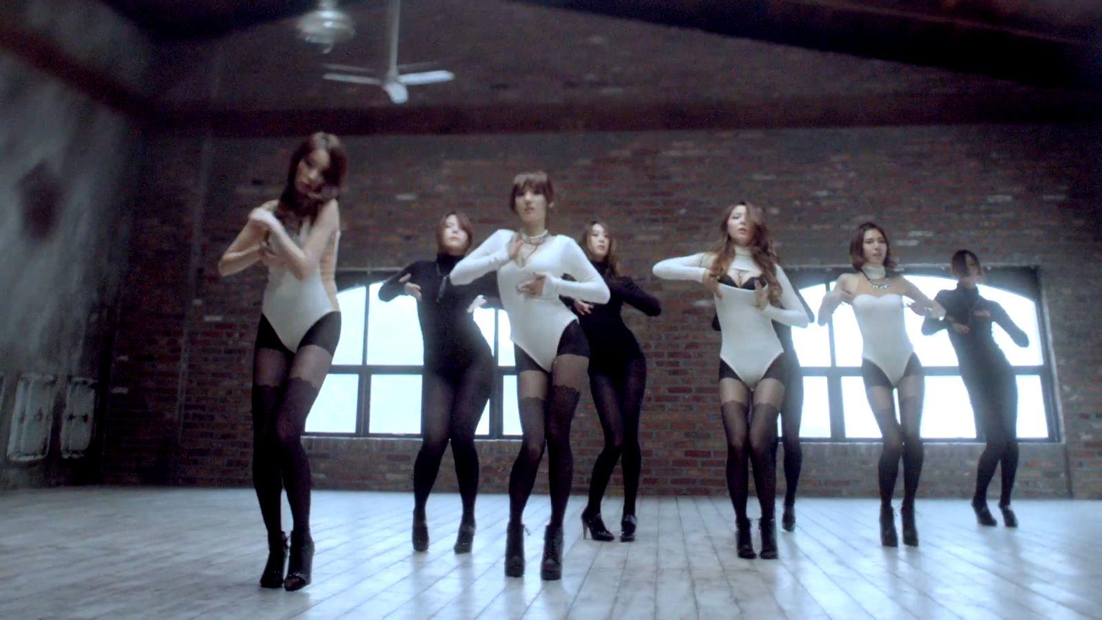一个mv是几个韩国美女上面穿性感白色连衣裙有点像