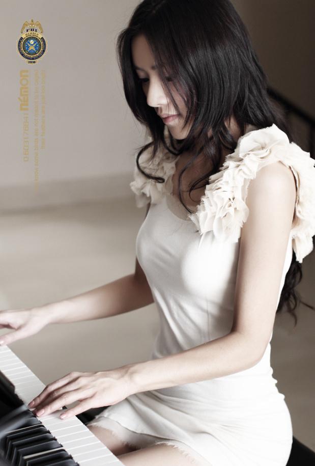 求几张正在弹琴的女生图片
