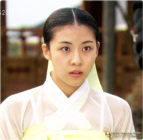 一部电视剧,一个韩国明星家里有一位女保姆,这个男明星叫这个女生大婶
