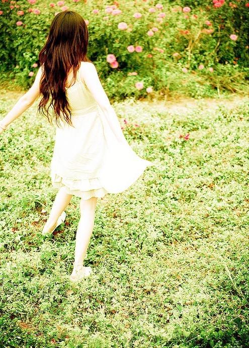 披肩发美女穿一白色吊带